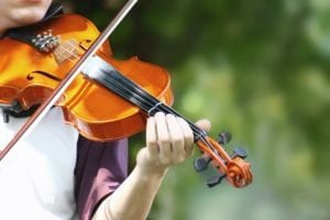 teen-playing-the-violin